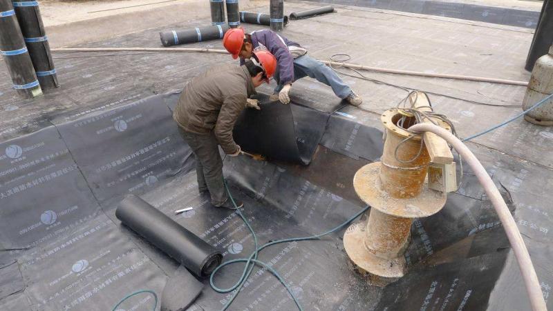 防水材料厂家聚氨酯防水涂料通常为液态双组分反应固化型或单组分潮气固化型。